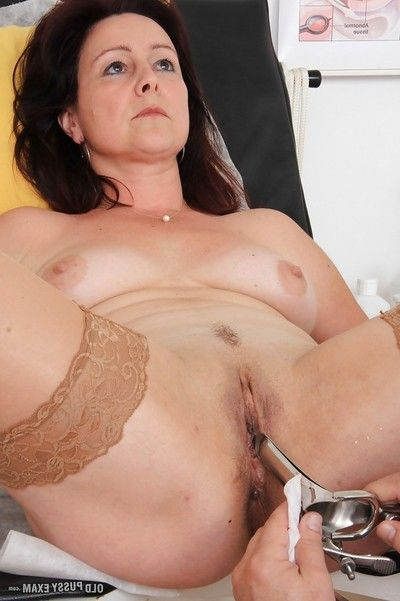 Full-grown woman Simi stripped off and amplifies cunt for checkup with gyno doctor