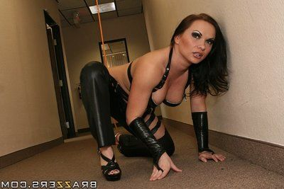 Bootylicious lady in latex outfit Katja Kassin enjoys anal percussion