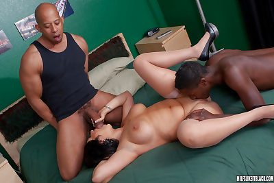 Fatty MILF hotty Vannah Sterling doesnt mind 2 brown schlongs at a time