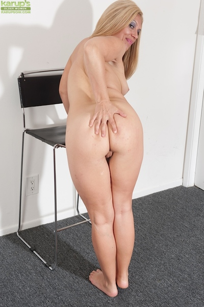 Matured tow-haired Stevie Lix thrashing with the addition of masturbating shaved vagina