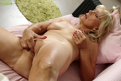 Grotesque flaxen-haired Janet Lesley empathize with going to bed shaved granny pussy