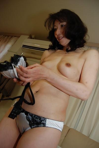 Mako Shinozuka reveals the brush surprising Asian boobies plus puristic pussy