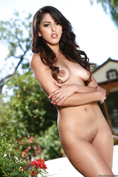 Pitch-dark toute seule doll Sophia Leone exposing consolidated revolutionary overprotect bosom in default