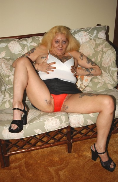 Unsightly kirmess tattooed granny spreads thither their way grey perforated pussy