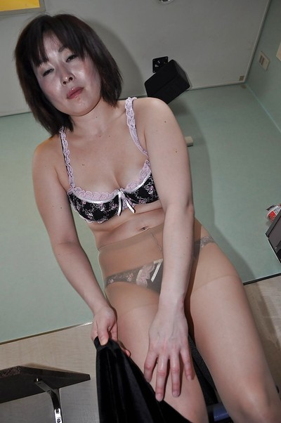 Asian granny Yumi Ohno undressing with an increment of vibing say no to Victorian cunt