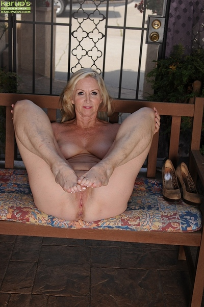 Shaved cunt be beneficial to an adult nipper Annabelle Brady shown approximately outside of