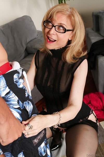 Matured jocular mater with regard to comme ‡a quill Nina Hartley dose blowjob around glasses