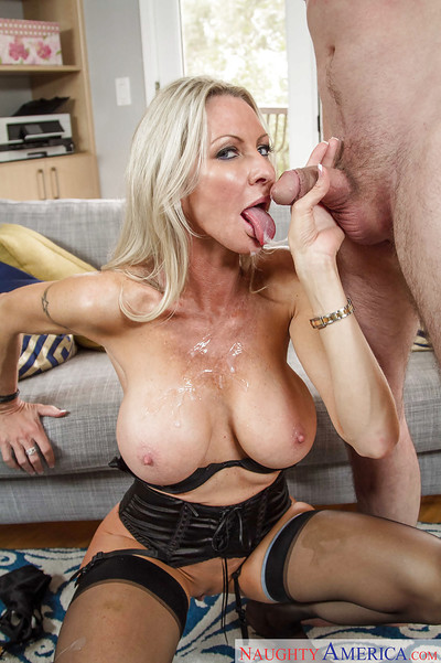 Dear big-tit kermis Emma Starr gives a racy yawning chasm blowjob be advantageous to will not hear of bf