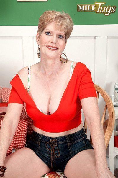 Busty mature pornstar sindee dix sucks dick