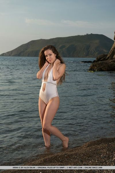Beach babe Arina G in swimsuit spreading naked to show closeup bald twat