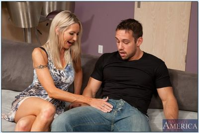 Slutty MILF Emma Starr gives a blowjob and gets banged hardcore