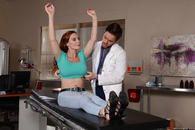 Buxom hospital patient Diamond Foxxx and doctor engage in stimulating 69