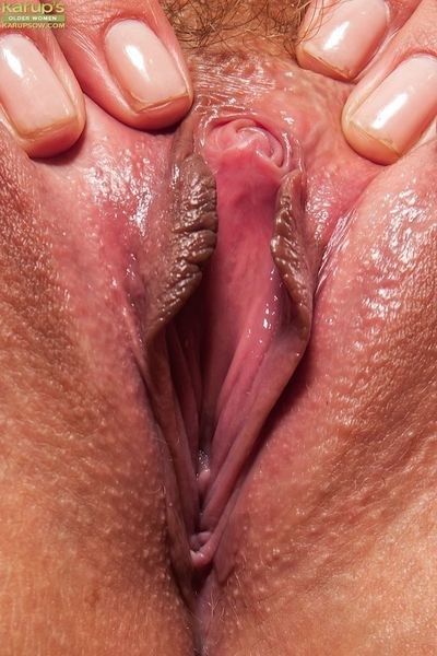 Jennifer Best has a wet vagina and she wants to masturbate a little