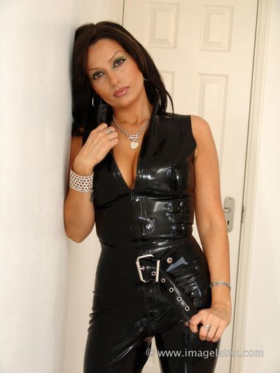 Latina latex babe posing in shiny black rubber outfit